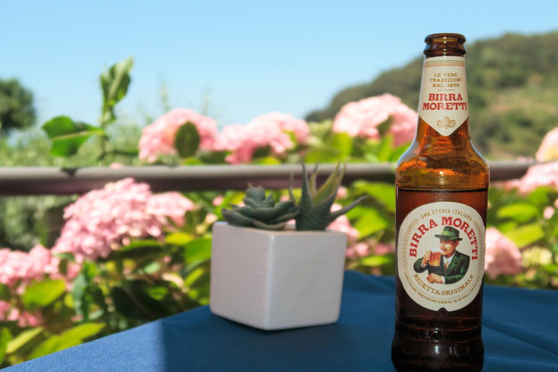 Refreshing beer break in Corniglia