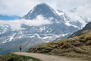 Hiking down to Kleine Scheidegg