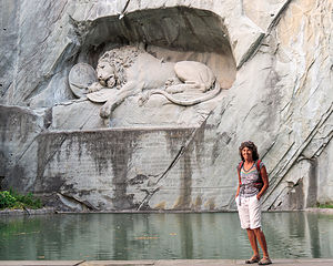 Lolo beating the hordes to the Lion Monument